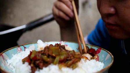 苗大姐做干锅牛肉, 吃了一盘还不够, 再来一碗米饭
