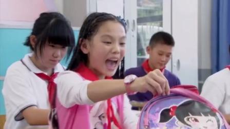 女孩上课打开书包,不料里面竟有只大癞蛤蟆,女孩吓得脸都白了!