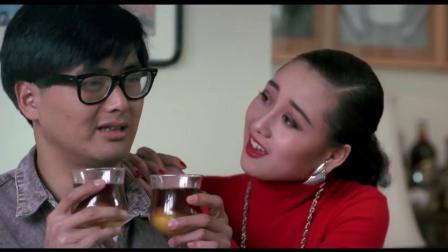 美女在酒里加生鸡蛋,男子往花瓶里倒了一杯,一看这状态不敢喝!