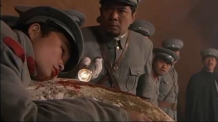 军阀带士兵盗墓,还没看见宝贝,直接被滚石撞墙上压了!