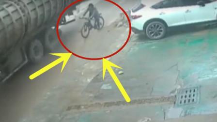 年迈大爷骑自行车出门, 旁边大货车掉下重物, 画面不忍直视
