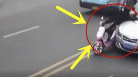 大妈骑车横穿马路不看身边车辆, 事后家人调看监控崩溃了