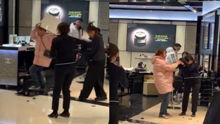 青岛一女子怒砸柜台 警方: 正在调查中