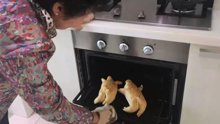 新疆奶奶做热狗面包, 把面团捏成猪的模样, 隔着屏幕都流口水
