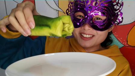 """小姐姐品尝""""网红毛巾卷蛋糕"""", 奶油配上蜜豆, 越吃越香甜"""