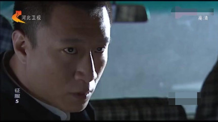 旁边都是警车! 刘华强果断决定! 把车的大灯打开!