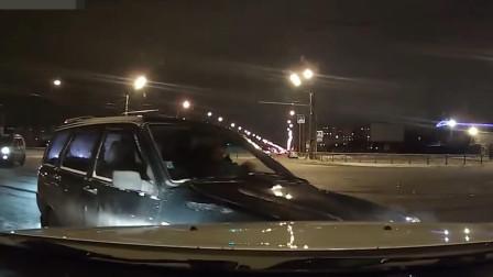 监控拍下的车祸瞬间, 一刹那就车毁人亡, 生命太脆弱