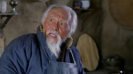 农村老头告诉儿子给邻居送点猪肉,儿子不听话老头上去就一脚!