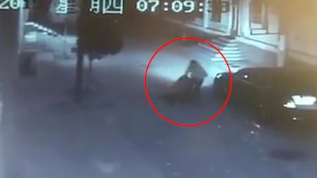 男子大街上强拽过路女生塞进后备箱 女孩激烈挣扎被直接甩在地上