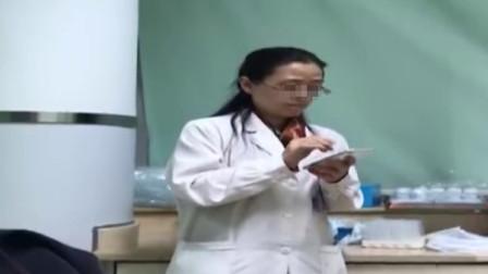 宁波一女医生边玩手机边看病 院方: 还在调查