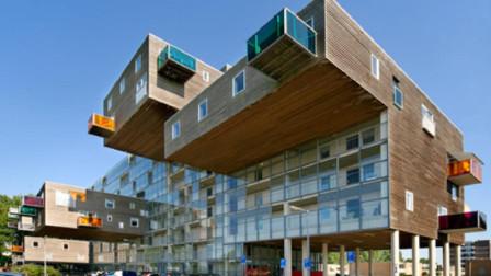 荷兰的一座老年公寓, 是挂在建筑上的, 这掉下来怎么办?