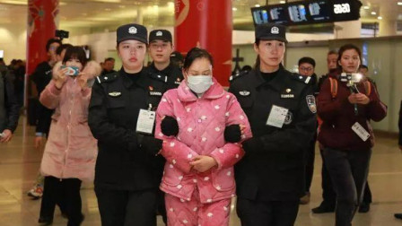 涉案金额超10亿! 美女总裁卷款外逃 穿睡衣被押解回国
