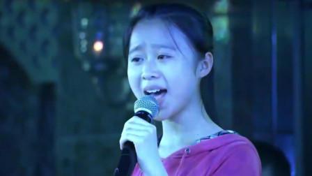 小姑娘去唱歌刚开始被嫌弃, 没想到上台刚开嗓, 台下观众纷纷站起来鼓掌!