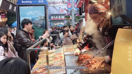 四川成都春熙路美食探店, 美食小吃店鱿鱼串生意爆棚, 据说谢霆锋都喜欢