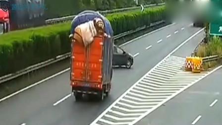女司机高速作死, 交叉口停车, 下一秒害人害己!