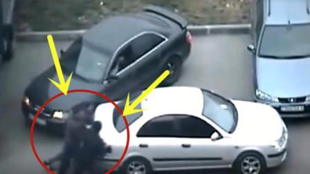 小白轿车司机随意的将车子停下, 彻底挡住别人出路, 下一秒悲剧了