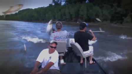 国外一群人用弓箭捕猎亚洲鲤鱼 结果被鱼打得找不到北
