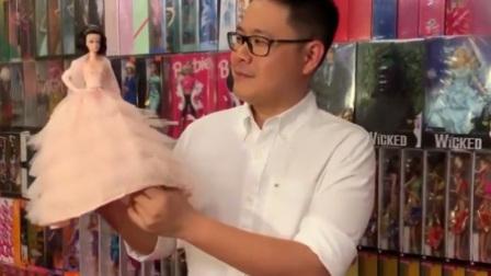 男子珍藏1万多芭比 用红包给娃娃做裙子