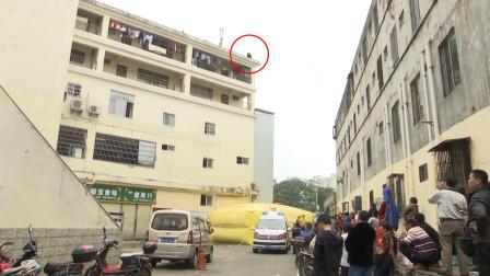 海南海口   女子身居楼顶欲跳楼  民警利用手机将其救下