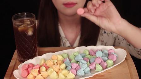 美女吃五颜六色的甜点, 声音充满魔性, 网友: 像极了小时候的打虫药