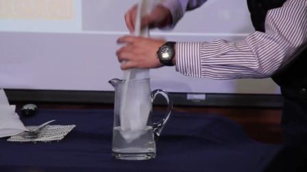 白色污染终于有救了, 这种塑料袋遇水即化, 而且化的水还能喝!