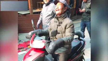 天津网红大爷真是厉害, 没想到这首歌他能唱出自己的风格