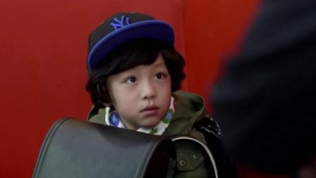 这小孩太可爱了,说起话来一套一套的,美女被他逗得直乐