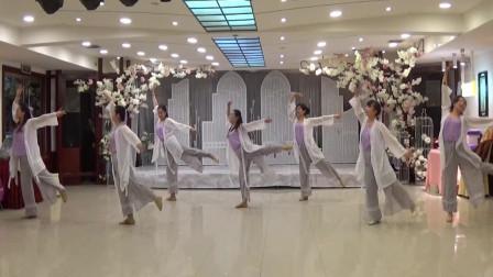 网络热门歌曲广场舞《采薇》舞姿优雅动人, 真好