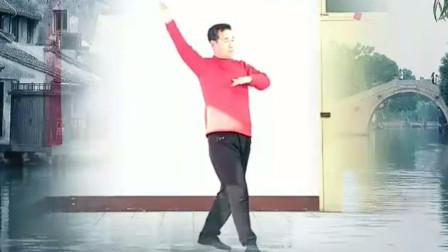 快乐大爷广场舞《水乡新娘》跳的比大妈还美