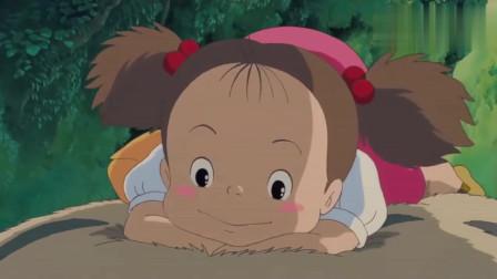 龙猫: 发现龙猫的小梅, 竟趴在龙猫身上睡着了, 画面好温馨啊!