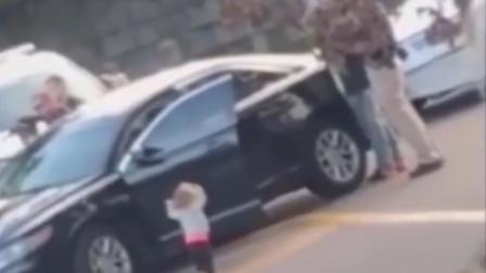 心都碎了…美2岁女童高举双手走向武装警察