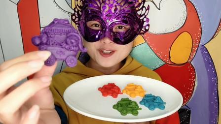 """小姐姐品尝""""圣诞小熊巧克力"""", 五种颜色多种口味, 吃得好满足"""