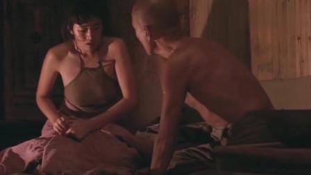 菊豆: 女子和男子在屋里你侬我侬, 没想到被三岁儿子看见了!