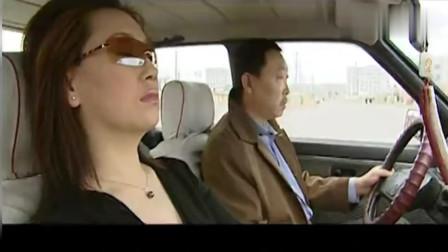 黑车司机调戏女乘客, 结果女乘客露出纹身, 司机直接给跪了