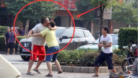 男子不满前车加油慢引发口角, 随即叫来跆拳道冠军出头, 不料对方也是武林高手!