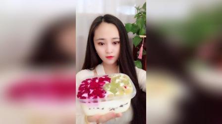 吃奶油水果盒子蛋糕