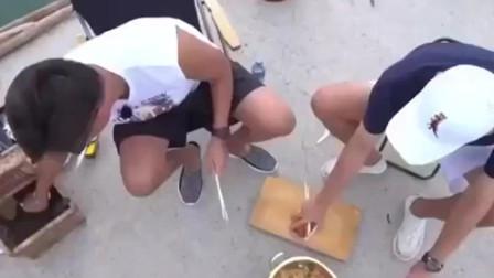 《三时三餐》用现钓的新鲜章鱼煮方便面, 瑞镇脸都埋进碗里的气势