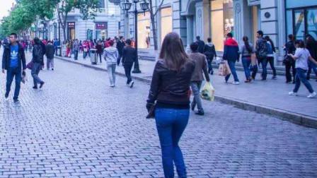 实拍东莞南城步行街, 店铺比人还多, 老板们赚的钱够交房租吗?