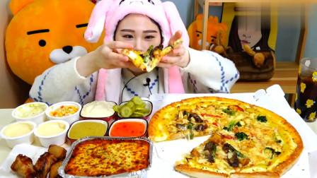韩国大胃王卡妹吃海鲜披萨和意面,配上小菜,真佩服她的好胃口!