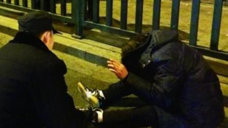 """内蒙古呼和浩特 旅客凌晨突发心脏病 车站民警相助演""""暖心""""一幕"""