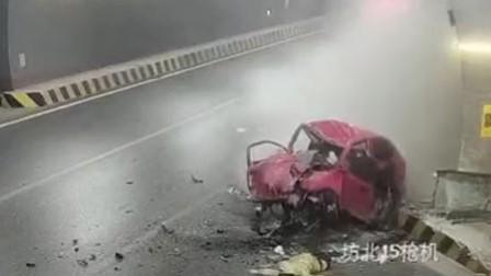 惨痛!轿车飞速撞墙瞬间变形 2人死亡
