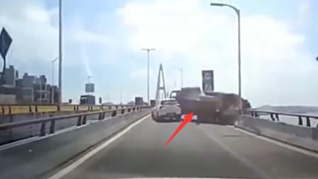 货车突然离奇的倒车,监控拍下惨烈的画面,让