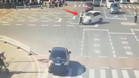 交警在指挥交通,结果小车司机离奇的操作,瞬
