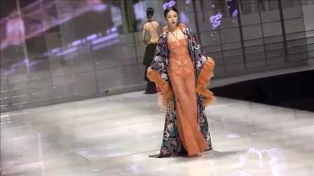 女模特比基尼同台竞技,尽显风采,很喜欢
