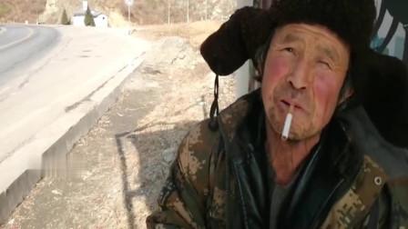 甘肃陇南,孤寡老人赶集为何徒步回家,他的话让人太心酸