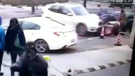 监控惊魂!上海一司机疑错把刹车当油门 瞬间撞飞路边两人