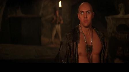 木乃伊:千钧一发男子强纳森救下欧康诺,强纳森拿到了钥匙