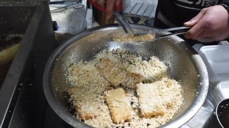 裹了面包糠的臭豆腐,5元一份,油锅清澈见底,豆腐外酥里嫩