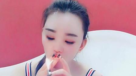 刚交的女朋友,看到她抽烟的样子,我敢肯定她以前是大哥的女人