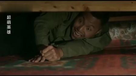 小偷躲床底下看电视笑出声,床上的美女问男友:有什么好笑的!